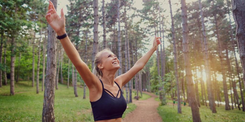 Frau die ihr Workout in der Natur macht
