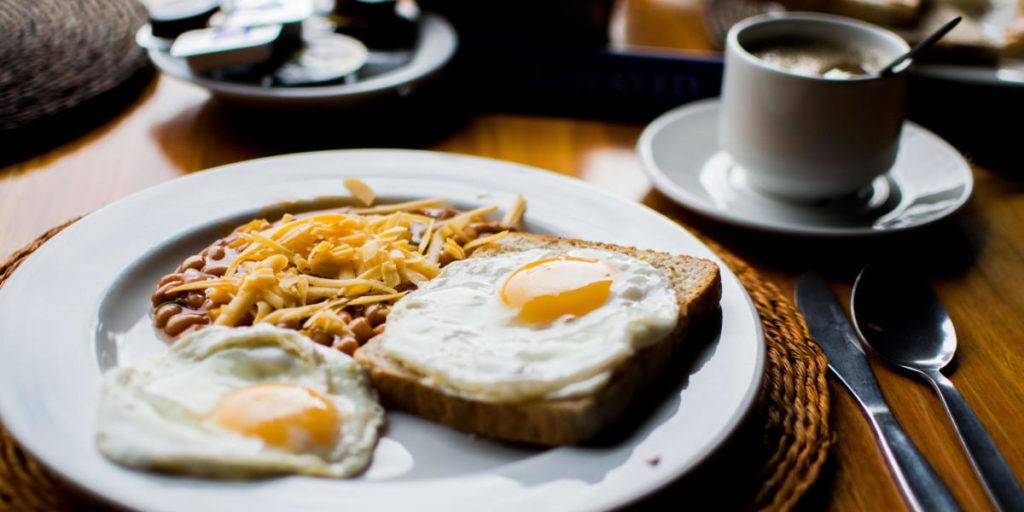 Eier, Bohnen und Brot sind Quellen für Folsäure